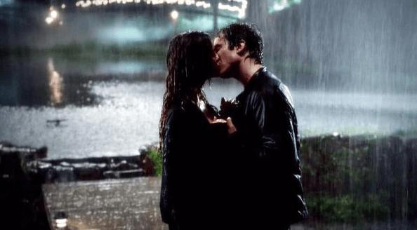 bacio sotto la pioggia